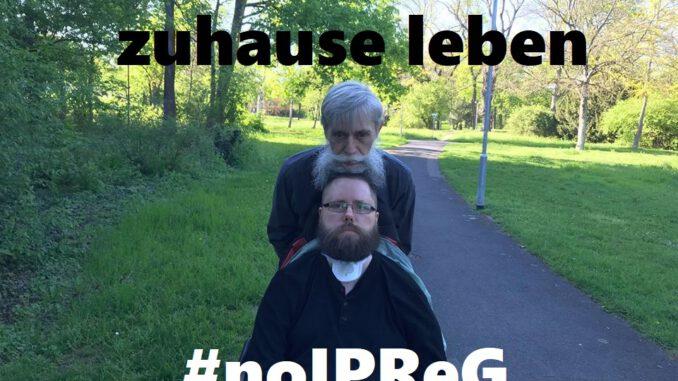 """Manfred wird von seinem Mann Thomas durch einen Park geschoben. Auf dem Bild steht """"Zuhause bleiben"""" und """"#noIPReG"""""""